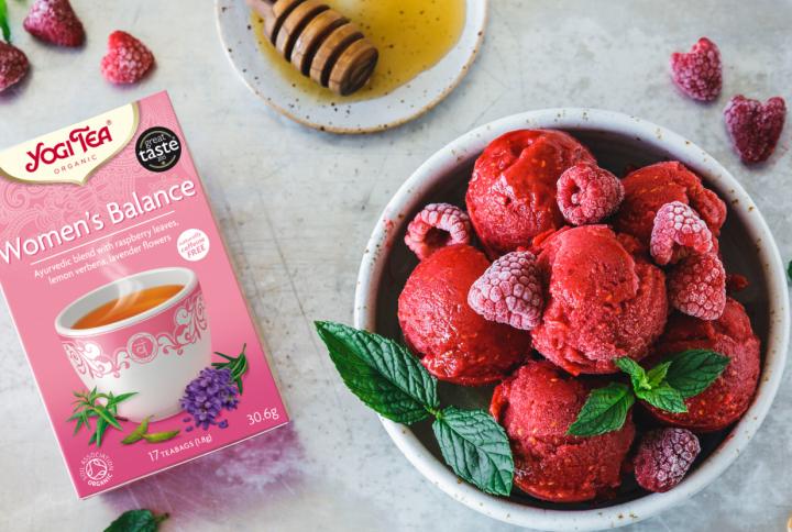 Ovocný malinový sorbet s YOGI TEA® ŽENSKÁ ROVNOVÁHA